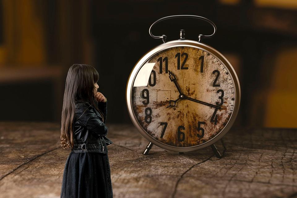 dívka hodiny