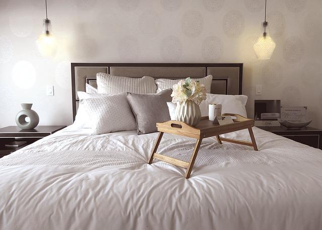 stoleček v posteli