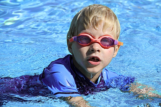 chlapeček v bazénu