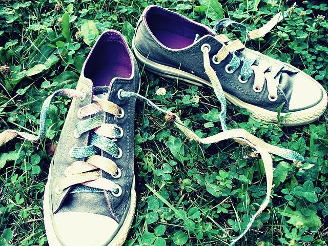 tenisky v trávě