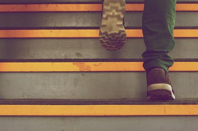 chůze nahoru po schodech